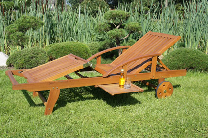 Die Gartenliege aus Holz sorgt für entspannte Stunden unter freiem ...